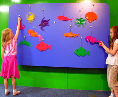 Sea creatures, in bright colours, of all kinds move around as if by magic. The challange for the children is to find out how they keep moving.